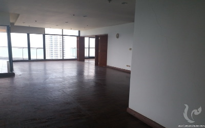 High floor apartment with panoramic view to be renovated